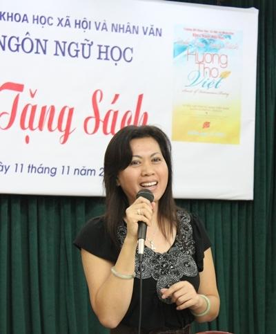 Michelle Phương Thảo trò chuyện với sinh viên Đại học KHXH&NV Hà Nội khi đến đây tặng sách vào hôm