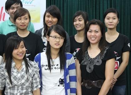 Tác giả tập thơ dịch chụp ảnh cùng các sinh viên