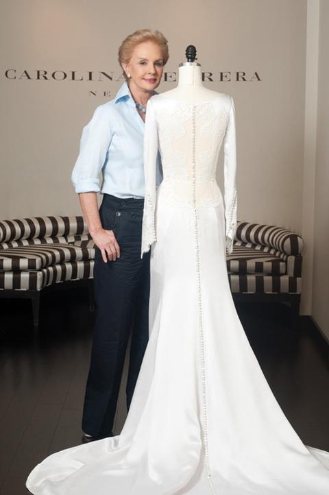 Stephenie Meyer và đạo diễn Bill Condon đã trực tiếp chọn bộ váy này trong số 10 mẫu mà Herrera phác thảo.