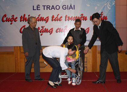Phương Thúy lên nhận giải trên xe lăn.