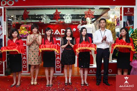 Bà Dương Thu Hương - Tổng Giám đốc Alcado (giữa), diễn viên Tăng Bảo Quyên, cùng đại diện Nowzone cắt băng khai trương showroom.
