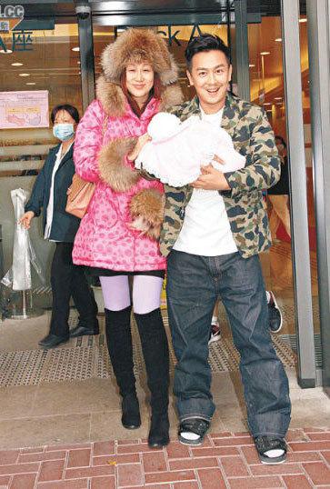 Trần Hạo Dân đón vợ và con gái mới sinh từ bệnh viện.