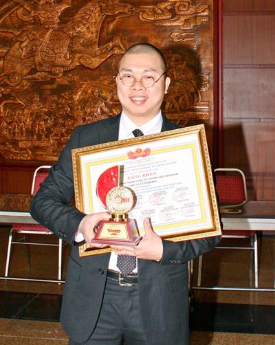 Tổng Giám đốc Nguyễn Vũ Hải Anh đại diện cho hơn 300 Cán bộ, Công Nhân viên Seven.AM nhận Cúp Vàng và Bằng Khen Doanh nghiệp có Sản phẩm Dịch vụ được tin dùng 2011.