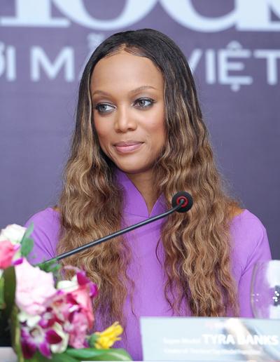 Siêu mẫu Tyra Banks tại buổi họp báo trưa 8/1 ở TP HCM.