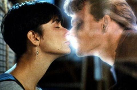 Nụ hôn tiễn biệt giữa người và ma trong phim