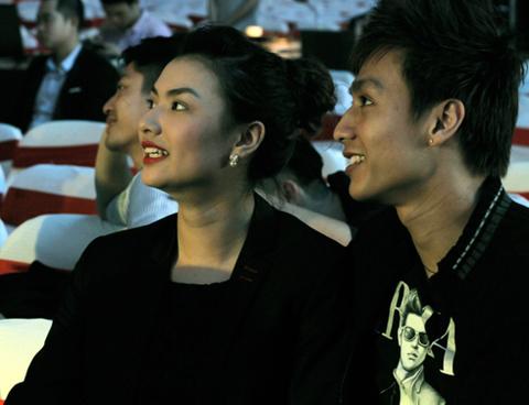 Mấy ngày trước, Hồng Quế đăng những bức hình tình cảm chung với Hoàng Gia Ngọc lên face book và nhận được những lời chúc mừng của bạn bè.