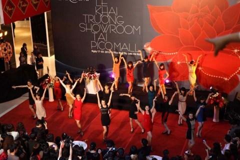Các vũ công rạng ngời trong trang phục của Eva de Eva với màn mở đầu Flash Mod ấn tượng