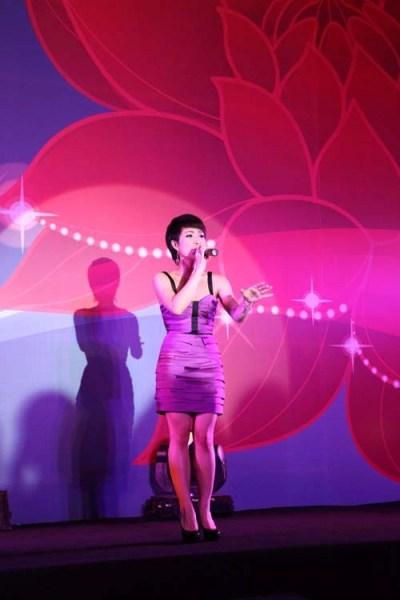 """Uyên Linh say sưa với ca khúc """"Người hát tình ca""""gửi tặng khán giả."""