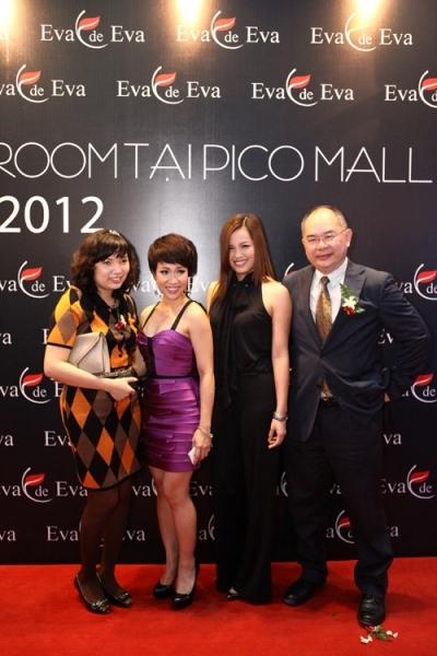 Ca sĩ Uyên Linh cùng Đại diện Ban quản lý PicoMall.