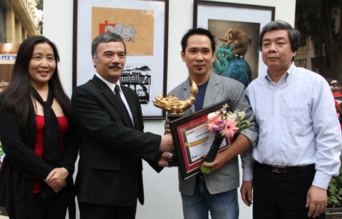 Trần Hải Nam nhận giải thưởng từ Ban tổ chức. Ảnh: Nguyễn Đình Toán.