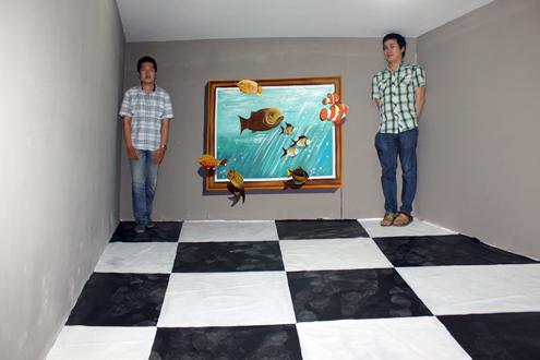 Một tác phẩm tranh 3D đánh lừa thị giác người xem. Ngoài đời thực, người bên trái cao to hơn người bên phải, nhưng việc chọn góc đứng khác nhau khiến người bên phải có cảm giác to hơn.