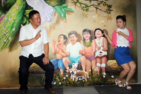 Ông Kim Se Hyuk (trái), ông xã của diễn viên Ngọc Trinh, cùng vợ tạo dáng trước một bức tranh 3D tại triển lãm.