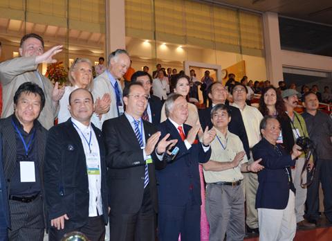 Tất cả các quan khách quốc tế đại diện cho tổ chức New7Wonders và bảy kỳ quan thiên nhiên được công nhận cùng các lãnh đạo cao nhất của Việt Nam đã có mặt tại sân vận động Mỹ Đình để tham gia lễ đón nhận cùng Đại sứ du lịch Việt Nam.
