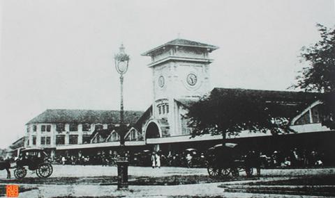 """Chợ Bến Thành đã có từ trước khi người Pháp chiếm Gia Định. Đầu tiên, chợ được đặt dọc theo bờ sông Bến Nghé, sau đó được xây dựng bên bờ nam một con kinh được gọi là Kinh Lớn. Năm 1887, người lấp con kinh này, chợ được dời về nằm gần ga xe lửa Mỹ Tho (tức địa điểm chợ Bến Thành ngày nay). Chợ được khởi công xây dựng từ năm 1912, đến cuối tháng 3/1914 thì hoàn thành. Lễ ăn mừng chợ Bến Thành được gọi là """"Tân Vương hội"""". Khu chợ mới này vẫn mang tên chợ Bến Thành, tuy nhiên, trong ký ức của nhiều người Sài Gòn thường gọi đây là chợ Sài Gòn hay chợ Mới để phân biệt với chợ cũ."""