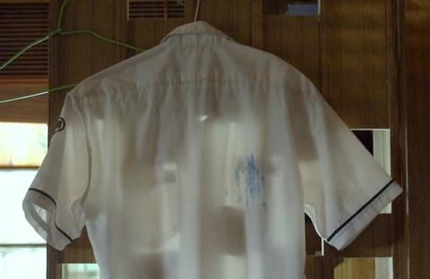 Những vết mực trên chiếc áo trắng đồng phục.
