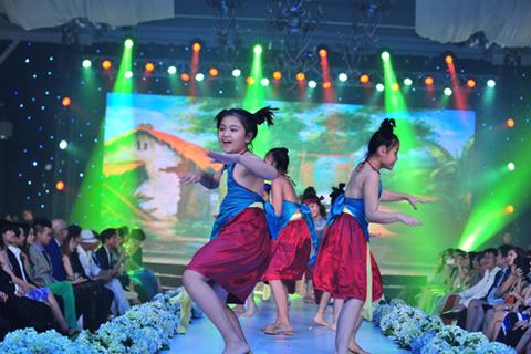 Nhóm múa thiếu nhi trình diễn nhiều tiết mục làm sôi động chương trình.