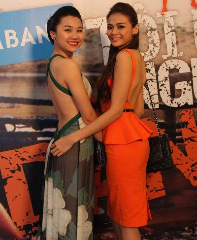 Người mẫu Thảo Nhi và Lê Trang (phải) khoe lưng trần.