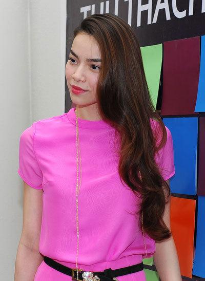 """Hồ Ngọc Hà diện váy hồng xinh xắn đến tham dự buổi ra mắt album """"Kỷ niệm nhạt nhòa"""" của nhóm V.Music."""