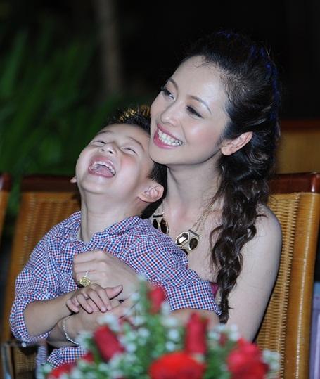 Jennifer Phạm hạnh phúc ôm chặt con trai. Sau đêm đồng hànhcuùgn thí sinh Miss Ngôi Sao, chị và con trai Bảo Nam sẽ dạo chơi phố cổ, sau đó sẽ có mặt ở Hà Nội vào chiều 25/7.