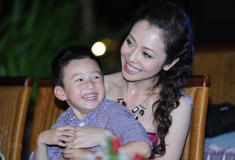 Tối 24/7, Jennifer Phạm cùng con trai có mặt tại đêm thi tài năng của Miss Ngôi Sao 2012. Hai mẹ con quấn quýt bên nhau không rời.