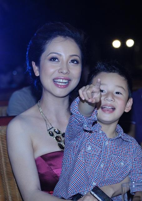 Nhưng khi được mẹ Jeni chia sẻ, dần dần Bảo Nam bị thu hút vào các tiết mục thú vị của các thí sinh Miss Ngôi Sao. Bảo Nam bắt đầu hào hứng cùng trò chuyện với mẹ. Bé sống ở Mỹ từ nhỏ nhưng hiện tại vẫn nói tiếng Việt, giọng miền Nam khá tốt.