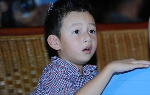 Bảo Nam bắt đầu hào hứng cùng trò chuyện với mẹ. Bé sống ở Mỹ từ nhỏ nhưng hiện tại vẫn nói tiếng Việt, giọng miền Nam khá tốt.