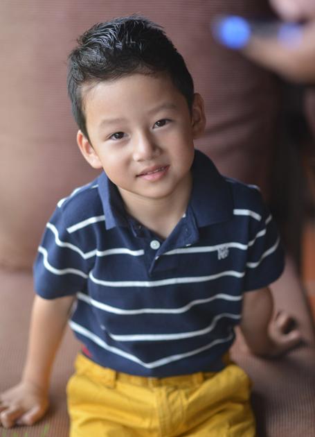 Bảo Nam đã 4 tuổi, rất hiếu động, liên tục đòi mẹ cho đi chơi. Cậu bé thích tự chọn quần áo để mặc hàng ngày, chứ không cần nhờ mẹ giúp.