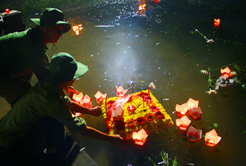 Thả đèn, hoa tưởng nhớ liệt sĩ trên sông Thạch Hãn.
