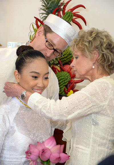 Lễ rước dâu của Đoan Trang diễn ra lúc 10h sáng ngày 29/7 tại nhà của Đoan Trang ở Long Khánh, Đồng Nai. Mẹ chồng của Đoan Trang đeo nữ trang cho con dâu.