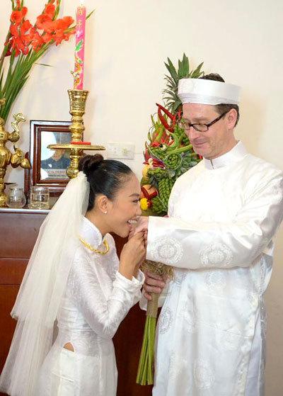 Khi trao nhẫn cho chú rể, Đoan Trang lém lĩnh hôn tay chồng.