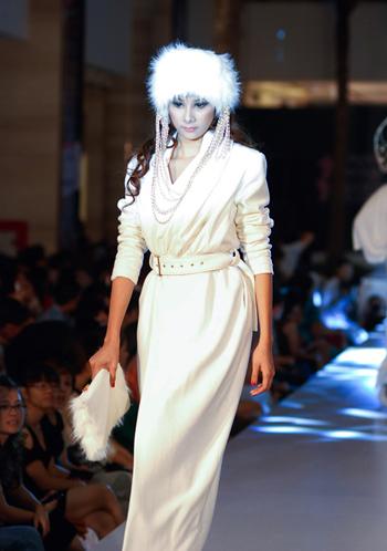 Thiết kế lấy cảm hứng từ nước Nga với chiếc áo choàng dài xếp nhún duyên dáng, sang trọng này được đánh giá cao.