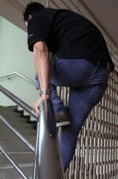 Các thí sinh leo tường rào lối cầu thang vào bên trong trường quay. Ảnh: Hunter.