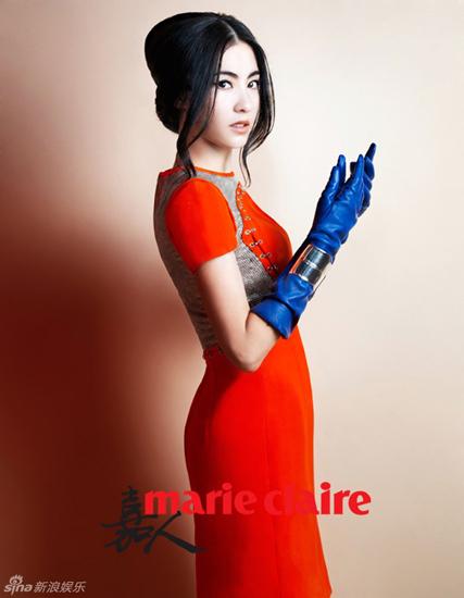"""Nữ diễn viên đang bận rộn với công việc tuyên truyền cho phim hài Sư tử Hà Đông 2. Ngày 9/8, bố đẻ Trương Bá Chi bị tạm giữ vì tội """"đe dọa, khống chế"""" người khác. Tuy nhiên, Trương Bá Chi chưa đưa ra phản hồi cho sự việc này."""
