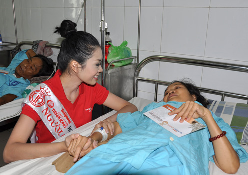 Người đẹp tài năng Nguyễn Thị Xuân Trang (Đà Nẵng) tâm sự cùng một bệnh nhân.