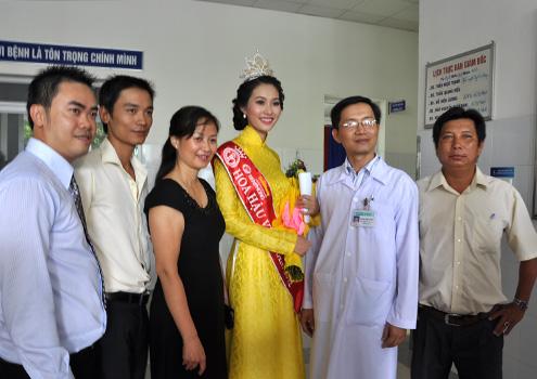 Sự xuất hiện của 10 người đẹp tại bệnh viện đã thu hút được hàng trăm bệnh nhân và người nhà kéo đến chúc mừng, chụp ảnh lưu niệm.