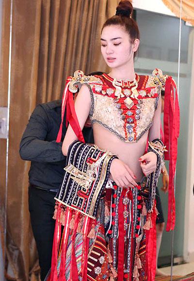 """Sau khi thành công với bộ trang phục Âu Cơ cho Hoa hậu thời trang - Trúc Diễm, nhà thiết kế Lê Long Dũng tiếp tục đầu tư trang phục dân tộc dành riêng cho Ngọc Oanh mang tên """"Vũ khúc ngàn năm""""."""
