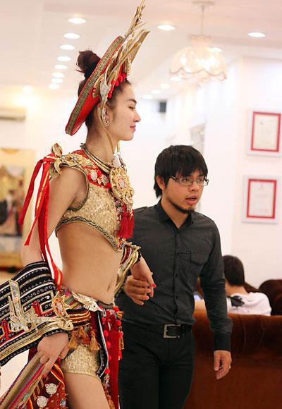 Theo nhà thiết kế (phải), mẫu trang phục dựa trên ý tưởng vũ nữ gợi Apsara trong văn hoá của dân tộc Chăm. Khác với các bộ trang phục dân tộc dạ hội dành cho Trúc Diễm, Hoàng My, Thuý Ngân… trước đây, bộ trang phục khai thác vẻ gợi cảm một cách táo bạo. giúp người mặc khoe được dáng vóc hoàn hảo với phần khoe eo thon ở áo cắt cúp ngực.