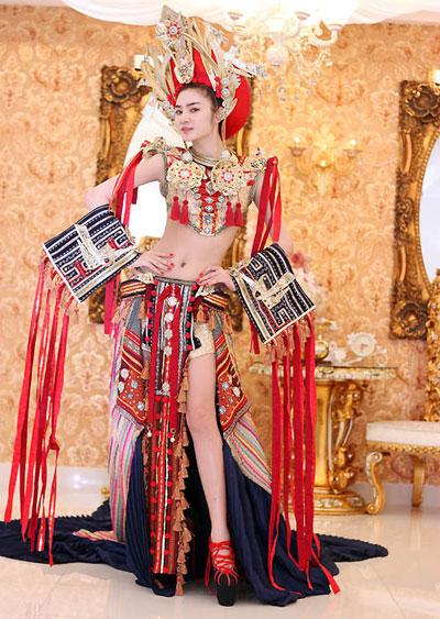 Bộ trang phục là một tác phẩm hư cấu dựa trên những yếu tố trong kho tàng văn hoá dân gian của Việt Nam. Bộ váy là sự kết hợp của sự đa sắc trong văn hoá Việt. Từ dáng áo của vũ nữ Apsara, váy xoè của thiếu nữ H'mông đến những tua rua của cô gái Êđê, hoa văn trên trống đồng Đông Sơn, vành khăn đóng trong trang phục áo dài truyền thống.