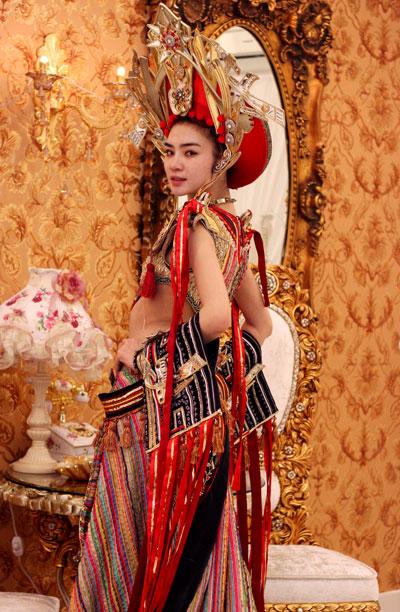 Bộ trang phục là sự thừa kế và phát triển truyền thống văn hóa Việt Nam. Nhà thiết cùng cùng 6 thợ phụ đã gấp rút hoàn thành sản phẩm trong vòng một tháng.