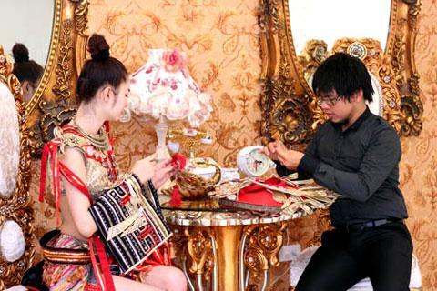 Cách tạo khối cầu kỳ cùng việc sử dụng các phụ liệu ánh kim nhằm tạo sự nổi bật và thu hút cho người mẫu trên sân khấu. Ngày 27/8, người đẹp sẽ lên đường sang Thái Lan tham dự cuộc thi