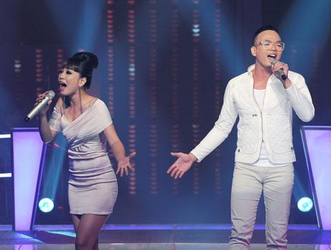 """Dũng Hà (phải) và Mai Anh hát """"There you were"""" . Ảnh: Lý Võ Phú Hưng."""