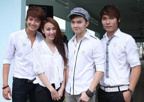 Từ trái sang: Ngô Kiến Huy, Ngân Khánh, Nam Cường, Phú Luân cùng tham gia chuyến từ thiện do Ngân Khánh đứng ra tổ chức.