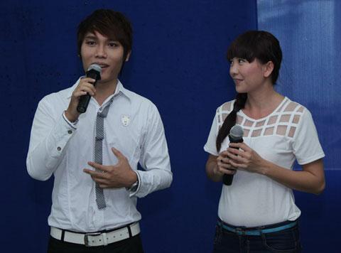Phú Luân, thí sinh vừa bị loại khỏi Vòng Đồi đầu cũng một ca khúc cảm động. Anh nhận những tràng pháo tay nhiệt liệt khi cùng nhau đảm trách khuấy động chương trình.