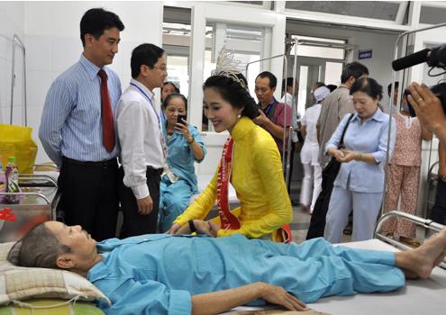 Và ân cần đến hỏi thăm bệnh nhân.10 người đẹp đã đến thăm và tặng 40 suất quà mỗi suất trị giá 500 ngàn đồng cho các bệnh nhân nặng tại Khoa ung bướu.
