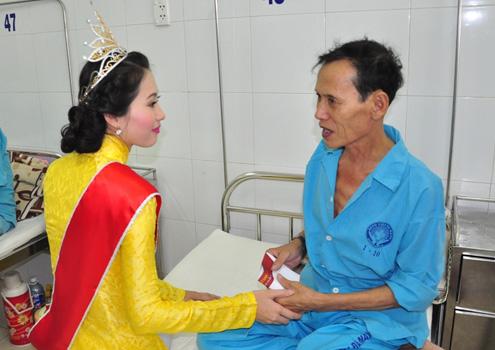 10 người đẹp đã đến thăm và tặng 40 suất quà mỗi suất trị giá 500 ngàn đồng cho các bệnh nhân nặng tại Khoa ung bướu.
