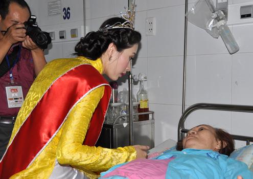 Làm từ thiện là tâm nguyện của Thu Thảo khi đăng quang Hoa hậu Việt Nam 2012. Cô đã tình nguyện trích 40% số tiền của giải thưởng để làm từ thiện tại quê nhà.
