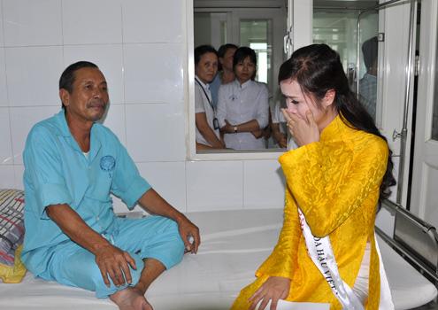 Người đẹp Vũ Ngọc Anh bật khóc khi nghe một bệnh nhân tâm sự về hoàn cảnh của mình.