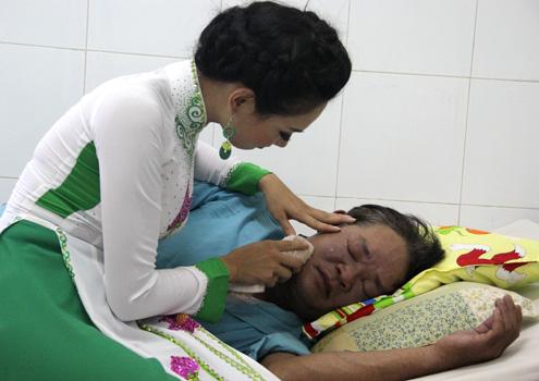 Người đẹp Hải Vân, người dân tộc Ba Na, ân cần lau những giọt mồ hôi trên khuôn mặt của một bệnh nhân làm nhiều người xúc động.