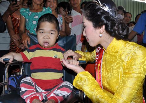 Một em bé bị bệnh đao được cha mẹ đẩy đi xem hoa hậu thu hút sự chú ý của tân hoa hậu. Cô ghé đến hỏi han và tặng cho em 500.000 đồng, số tiền ngoài dự kiến của chương trình.