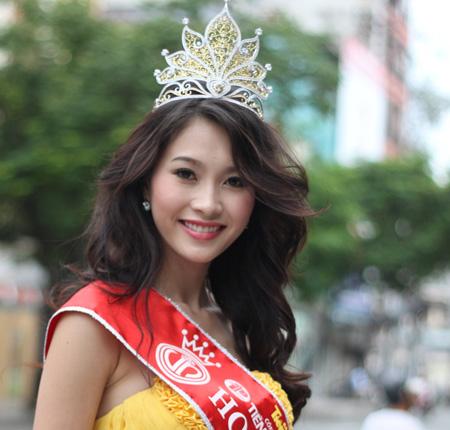 Bên cạnh gửi câu hỏi phỏng vấn tân hoa hậu, nhiều độc giả cũng comment bày tỏ sự ngưỡng mộ trước vẻ xinh đẹp, dịu hiền của cô.